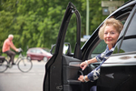 Das Bild zeigt eine ältere Frau die am Steuer eines Pkw sitzt und die Tür öffnet. (refer to: Increasing self-awareness of their own performance deficits in older drivers)