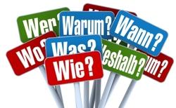 das Foto zeigt zeigt Schilder mit Fragen, zum Beispiel Wie, Wann, Weshalb