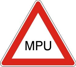 Das Bild zeigt ein Verkehrsschild mit MPU Schriftzug